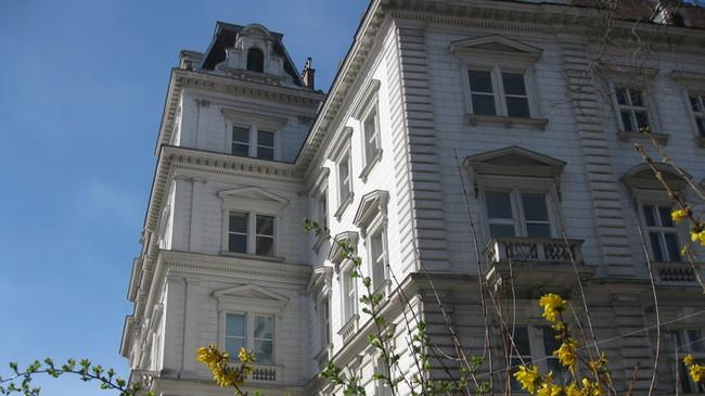 Auf dem Foto ist das Institut für Soziologie im Frühling zu sehen.